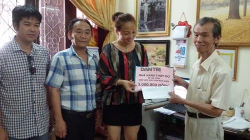 ...chị Nguyễn Thị Phương – GĐ công ty CPXD&TV Sơn An trao