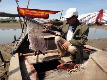 Ông Xin và bộ đồ nghề vớt xác trên sông của mình