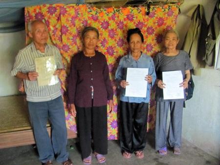 Nữ DCHT Võ Thị Xuân (áo tím) vẫn chưa nhận được chếđộ chính sách củaĐảng, Nhà nước.