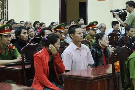 Người thân 3 trẻ sơ sinh tham dự phiên tòa