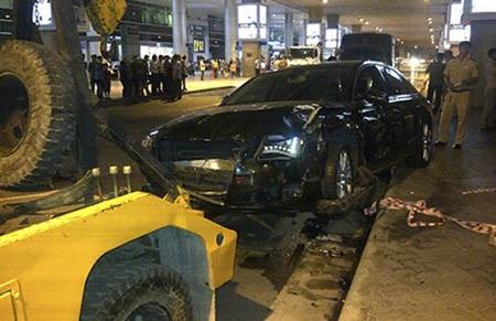 Hiện trường xe Audi gây tai nạn tại sân bay. Ảnh: ÁI NHÂN