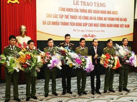 Phó Thống đốc NHNN - Nguyễn Đồng Tiến trao bằng khen cho đại diện các đơn vị