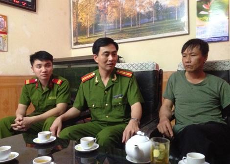 Trung tá Nguyễn Đức Dũng (người ngồi giữa).