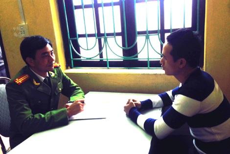 Trung tá Dũng lấy lời khai của đối tượng Nghĩa bị bắt về hành vi giết người vào ngày 7/1.