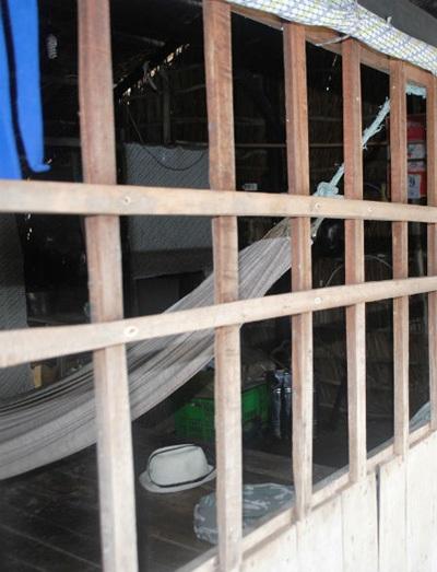Khung cửa sổ nơi ông Tệ bị trói