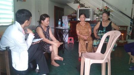 Bà Ph. - mẹ nạn nhân L. (bìa trái) đang trao đổi với phóng viên. (Ảnh: Quang Thành)