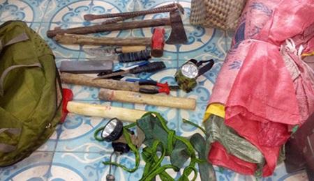"""Bộ đồ nghề trộm bò gồm: búa, rìa, dao nhọn, đèn pin… của hai tên """"đao phủ"""" bị Công an thu giữ."""