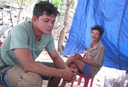 Bị cướp mất tiền mừng, chú rể Phan Tấn Hùng (ảnh trái) buồn rười rượi