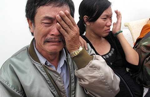 Cha và chị gái đau đớn trước cái chết của chị Trần Thị Hải Yến. Ảnh: QL