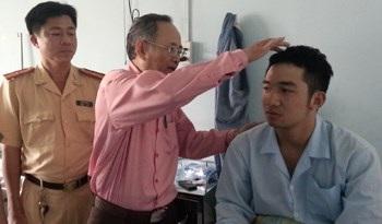 Lãnh đạo Công an quận 6 thăm hỏi động viên thượng sĩ Đạt. Ảnh: P.B
