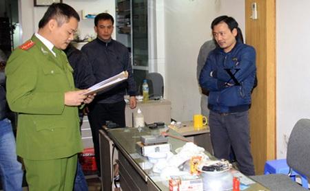 Cơ quan Công an đọc lệnh khám xét khẩn cấp nơi làm việc của Phạm Đình Hưng (dấu X).