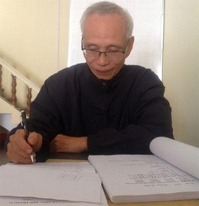 Ông Phan Quốc Bảo đang dịch một tài liệu tiếng Trung.