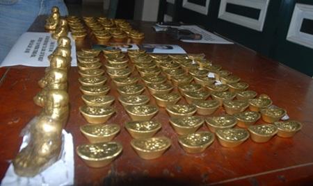 Số tang vật (vàng giả) của hai đối tượng người Trung Quốc.