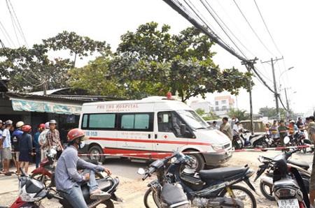 Thi thể nạn nhân được chuyển đi khỏi hiện trường để khám nghiệm.
