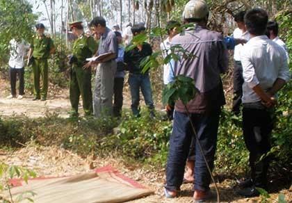 Cơ quan chức năng đang khám nghiệm hiện trường vụ giết người, đốt xác ở rừng tràm. Ảnh: CTV