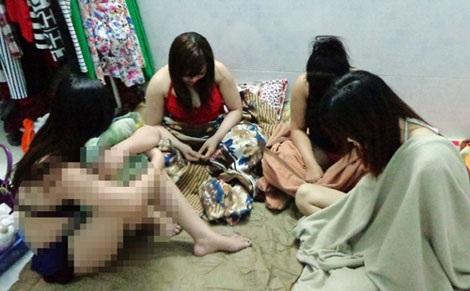 """Nữ nhân viên massage đang đợi đến lượt """"phục vụ"""" khách."""