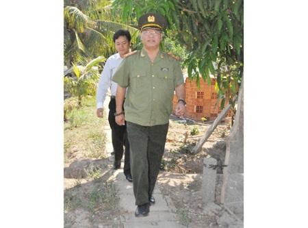 Trung tướng KSor Nham thường xuyên xuống cơ sở thăm hỏi bà con.