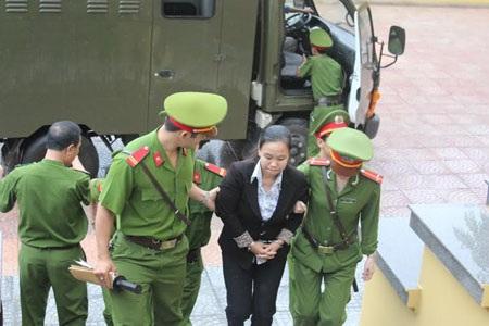 Bị cáo Nguyễn Thị Hải Thuận được dẫn giải đến tòa