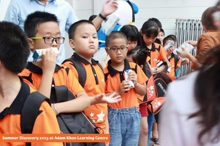 Tại lễ khai giảng, mỗi học sinh được phát tặng kèm hộp sữa do TH True Milk tài trợ.