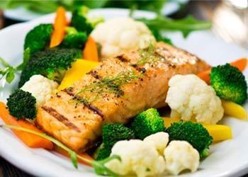Cá và rau xanh là thực phẩm nên dùng cho người bị cao mỡ máu