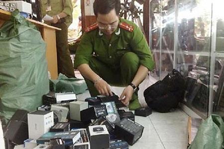 Cơ quan Công an kiểm tra tang vật thu giữ tại Công ty Việt Hồng.