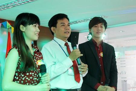Th.S Nguyễn Văn Mỹ (giữa) - Giảng viên SIU đồng hành cùng các bạn sinh viên trong chương trình.