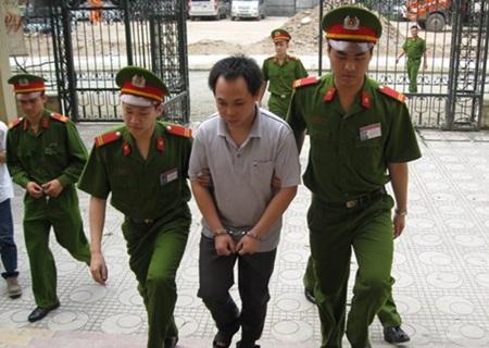 Trần Thanh Bình bị dẫn giải vào hội trường xử án