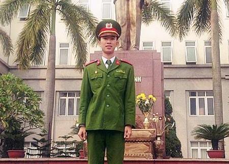 Học viên Lê Hùng trước tượng đài Bác Hồ.
