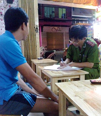 Công an phường 4, quận Tân Bình lấy lời khai các nhân chứng.