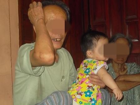 Ông Kì và bà Xuyến vẫn chưa hết bàng hoàng trước việc làm điên rồ của con trai.