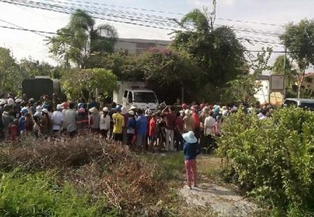 Hàng trăm người dân vây quanh hiện trường thực nghiệm vụ giết bà L