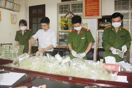 Trinh sát Phòng PC47 - Công an tỉnh Lào Cai kiểm đếm, niêm phong vật chứng thu được.
