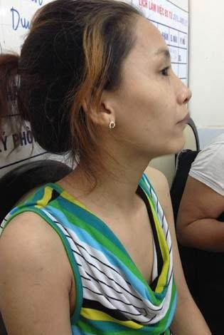 Chị Ly đau đớn vì tình cảnh con gái gần như đã bị mù hai mắt.