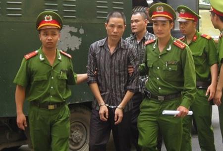 Các bị cáo giết người trên xe ô tô CRV bị dẫn giải vào phòng xử án ở phiên tòa bị hoãn ngày 20-5