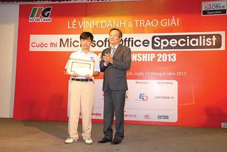 Giám đốc Sở GD & ĐT TPHCM trao tặng bằng khen cho học sinh Lê Anh - Ảnh: