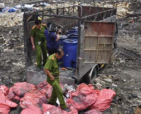 Các cán bộ C49 trực tiếp kiểm tra vụ chôn chất thải độc hại của Công ty An Điền.