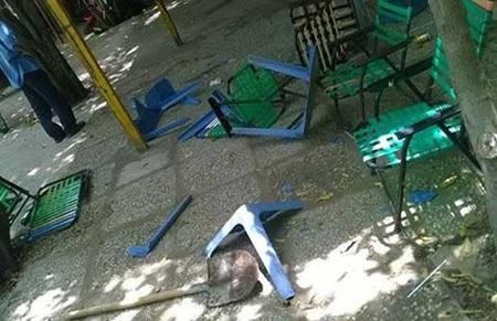 Hiện trường quán của gia đình anh Tùng bị đập phá đồ đạc. Ảnh: TK