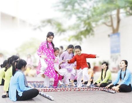 Học sinh vui chơi tại Lễ hội trò chơi dân gian