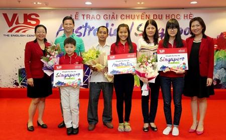 Đại diện VUS trao giải và chúc mừng học viên cùng phụ huynh