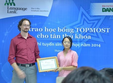 Ông Ian Normile -GĐ Học vụ Language Link trao tặng học bổng cho Vũ Thu Thủy