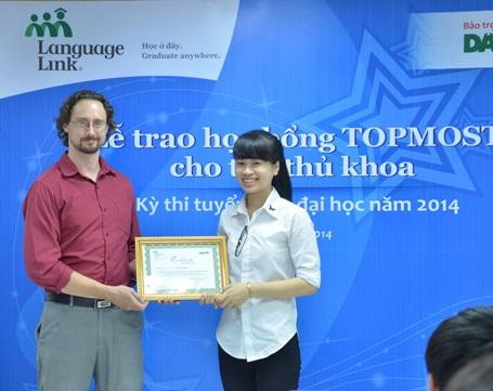 Nụ cười rạng rỡ của thủ khoa Lê Thị Ngà khi nhận học bổng