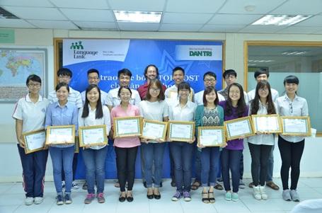 Tập thể các bạn sinh viên xuất sắc nhận học TOPMOST 2014