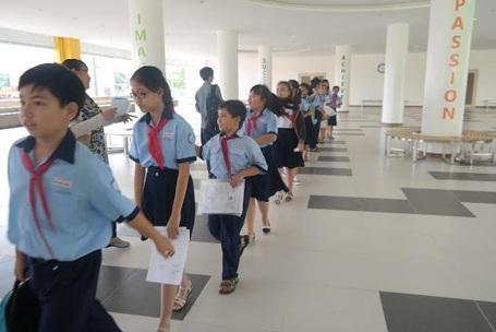 Các em học sinh phấn khởi di chuyển vào Phòng thi tại cụm thi Wellspring Saigon.