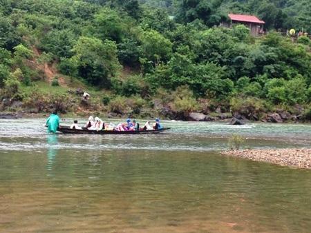 Có áo phao, các em học sinh ở bản Cây Sú không còn lo bị đuối nước mỗi khi qua sông