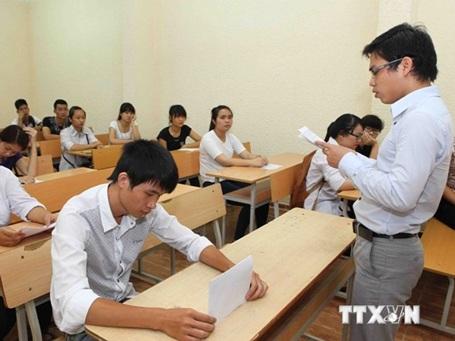 Thí sinh nghe phổ biến quy chế trong kỳ thi đại học. (Ảnh: Quý Trung/TTXVN)