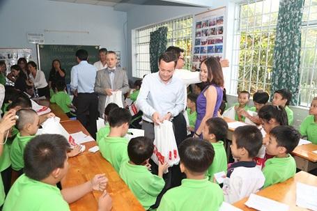 Ông Arnaud GUICHARD, TGĐ Total Việt Nam trao quà cho các em.