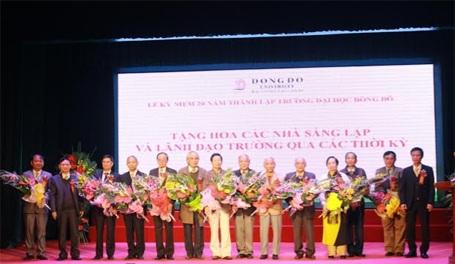 Hiệu trưởng nhà trường, PGS.TS Phạm Đình Phùng đọc diễn văn khai mạc buổi lễ