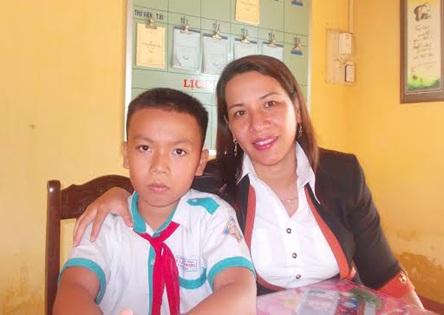 Em Lê Trung Nguyên cùng cô giáo Hồ Thị Như Lê (người trực tiếp hướng dẫn em làm sản phẩm)