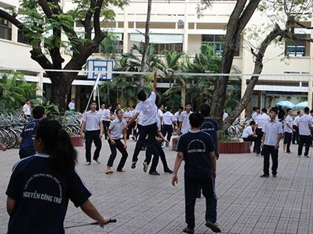 Học sinh Trường THPT Nguyễn Công Trứ trong giờ thể dục. (Ảnh: Huy Lân)