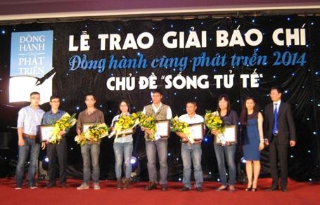 Ban giám khảo trao giải Khuyến khích tới các tác giả
